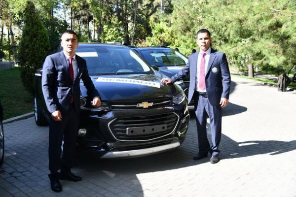 Боксерам-чемпионам от имени президента подарили автомобили (фото)
