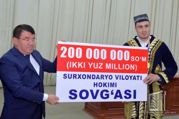Боксер Баходыр Джалолов получил звание лейтенанта и 200 миллионов сумов