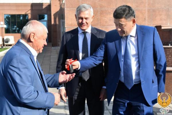 Главный тренер национальной сборной по боксу получил в подарок от президента автомобиль «Трекер»