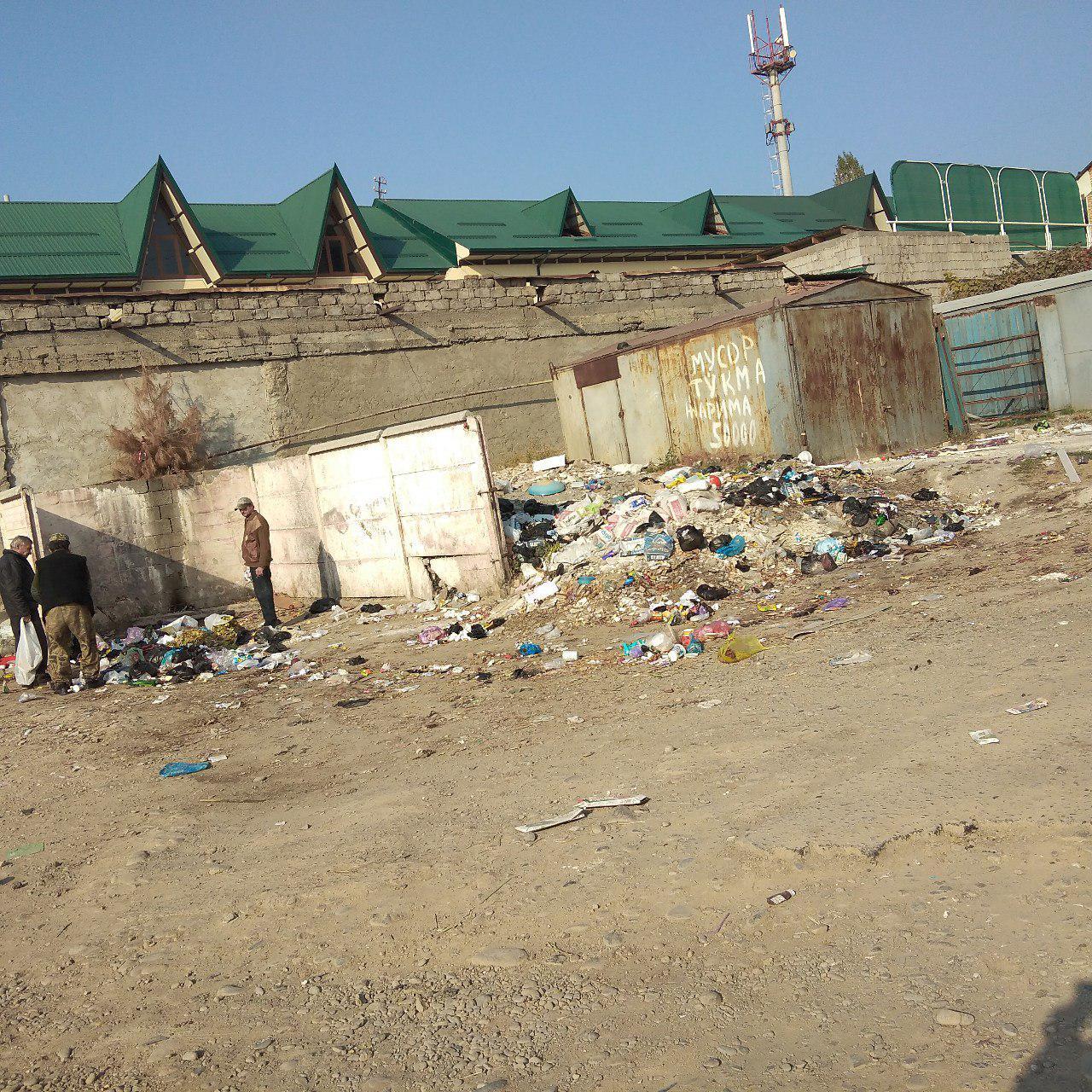 Мусорка преткновения: наманганцы не могут добиться реакции властей на свалку возле жилого дома