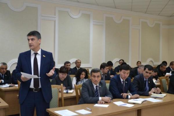 Алишер Қодиров Ўзбекистон парламенти конституцияга зид қонунлар қабул қилганини тан олди