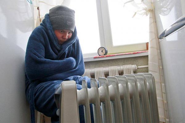 Почему население с приходом холодов мерзнет в своих домах и не может нормально приготовить пищу?