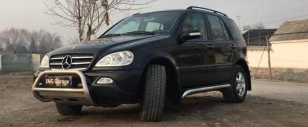 Видео: Ўзбек автоблогери Каримов соқчилари томонидан минилган Mercedes ҳақида лавҳа тайёрлади