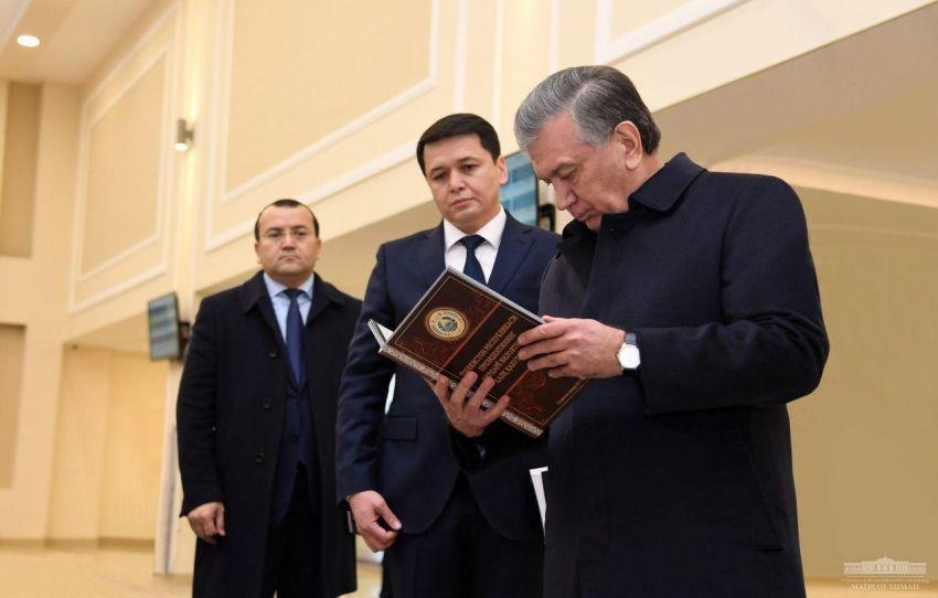 Президент Узбекистана ознакомился с деятельностью новой Народной приемной в Ташкенте