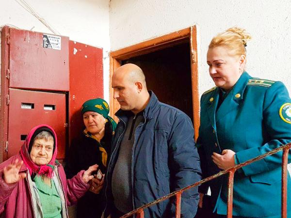 Инспекторы УКД ОВД Яшнабадского района помогли 80-летней женщине и ее тяжелобольной дочери