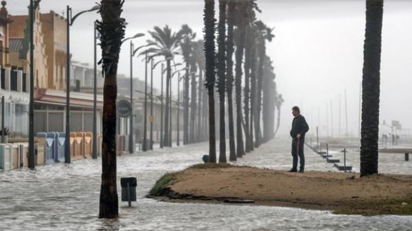 Шторм в Испании: разрушены пляжи, залиты рисовые поля, выпал снег