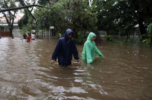 Индонезия шаҳарларини сел босди