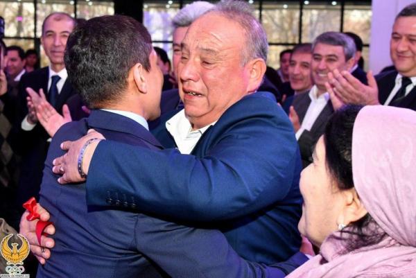 Президент подарил Муроджону Ахмадалиеву трёхкомнатную квартиру и автомобиль Тracker (фото)