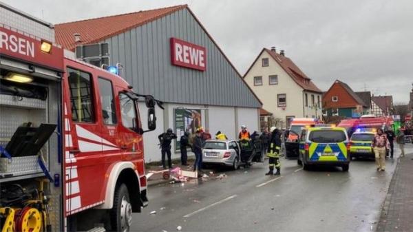 Машина врезалась в толпу на карнавале в Германии. Более 30 человек пострадали