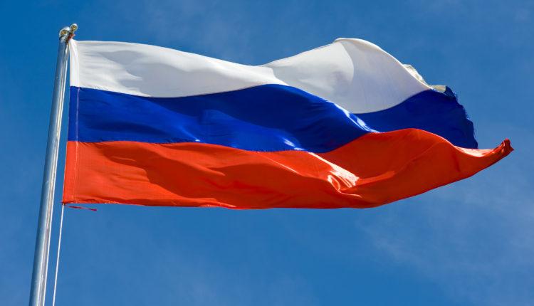 Итальянцы заменяют флаги Евросоюза на российский триколор (видео)