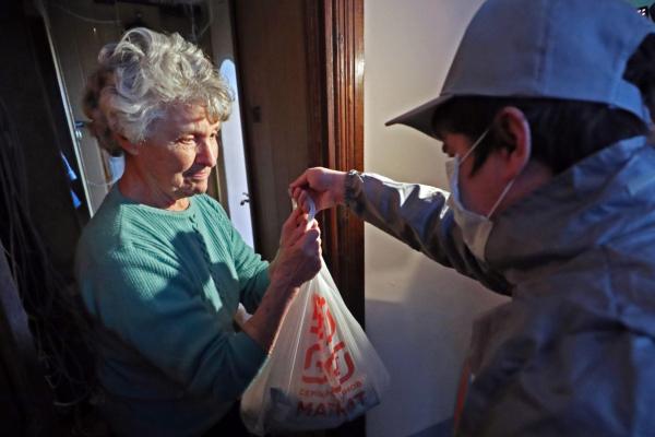 Шавкат Мирзиёев предложил студентам медицинских и военных вузов создать добровольческие дружины для доставки продуктов пожилым людям