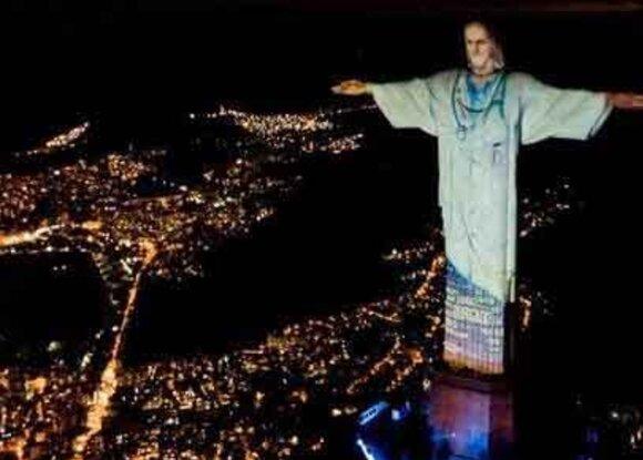 Статую Христа в Рио-де-Жанейро «одели» в халат в знак благодарности врачам