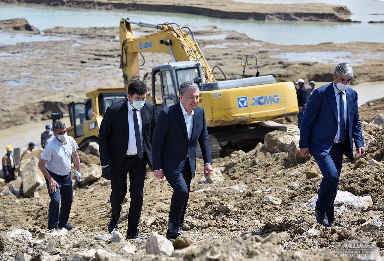 Шавкат Мирзиёев посетил Сардобинское водохранилище и пронаблюдал за работами по восстановлению дамбы