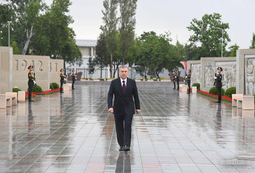 Шавкат Мирзиёев возложил цветы к мемориальному комплексу «Ода стойкости» в Парке Победы