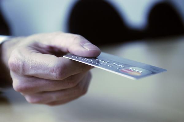 Центробанк объяснил, смогут ли пенсионеры отказаться от пластиковых карт после окончания карантина