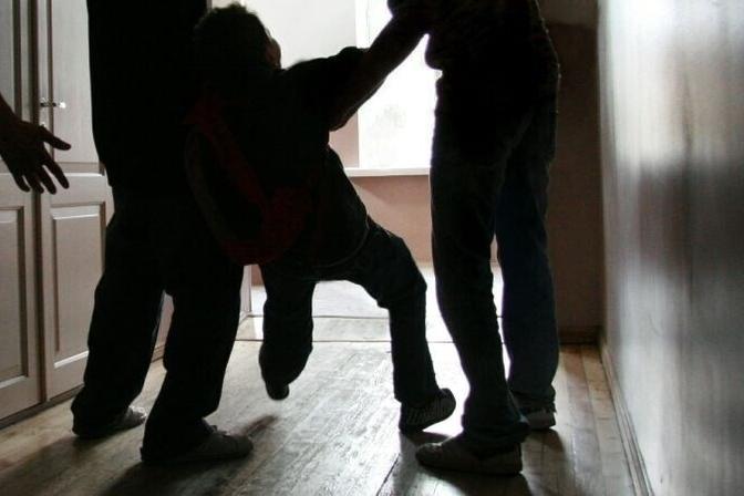 В Бухаре группа подростков избила двух шестиклассников. Видео